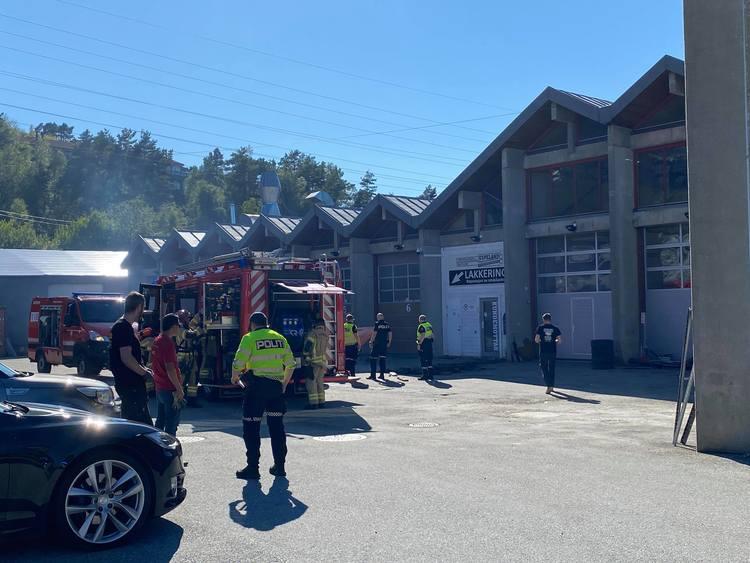 Brannvesenet sendte store ressurser til stedet de rykket ut fra Åsane, Sandviken og brigadeleder i fra sentrum. Foto: BERGEN FOTO OG MEDIA.