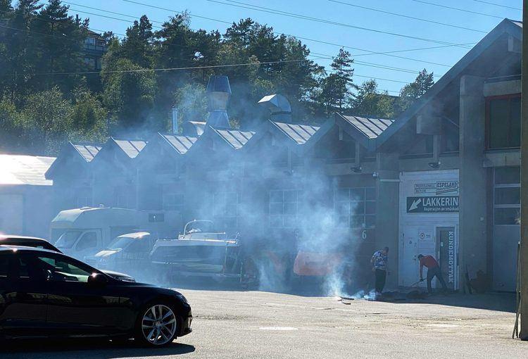 Mye synlig røyk på stedet. Foto: BERGEN FOTO OG MEDIA.