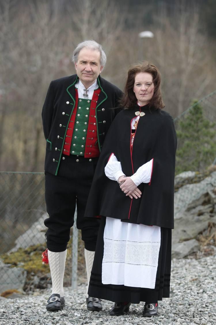 FRYKTER FOR FRAMTIDA:  Arild Nydegger Øvre-Eide og Ina Solvang Halvorsen var med på demonstrasjonen. Dei fryktar for framtida til Øvre-Eide Gård dersom kommunen bestemmer seg for å gå for løysinga med eit minilokk. (Foto: Thomas Gangstø)