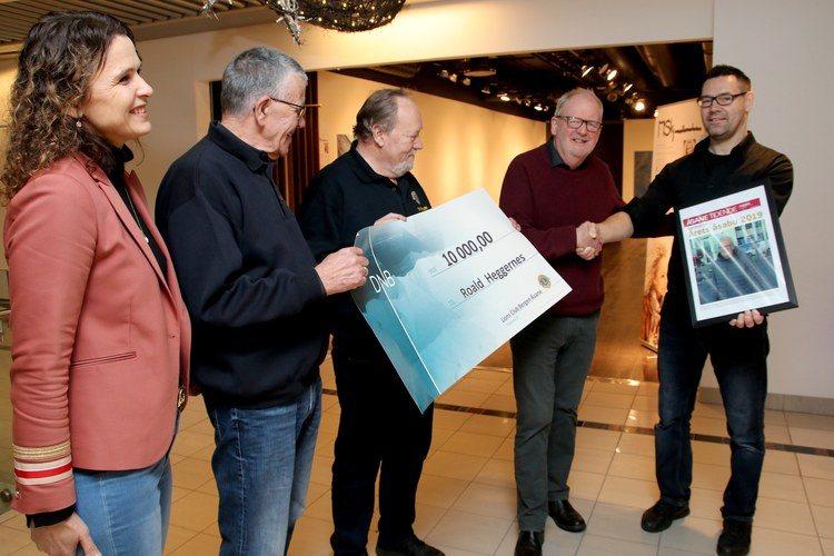 ÅRETS ÅSABU: Roald Heggernes mottar her diplom, penger fra Lions Club Bergen og gavekort fra Åsane storsenter.