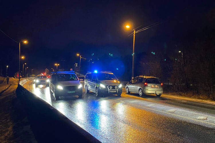 DIRIGERTE: politiet måtte dirigere trafikken etter ulykken som skjedde på Hylkje, like ved Hylkjebakken og Bergen Caravan. (Foto: Bergen Foto og Media)