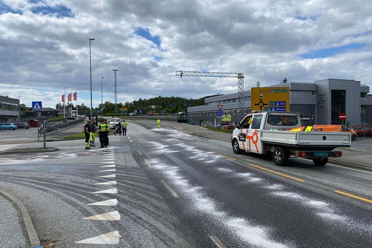 RYDDER OPP: Nødetatene har strødd oppsugingsmiddelet Absol på veien på grunn av dieselsølet. (Foto: ÅT-tipser)