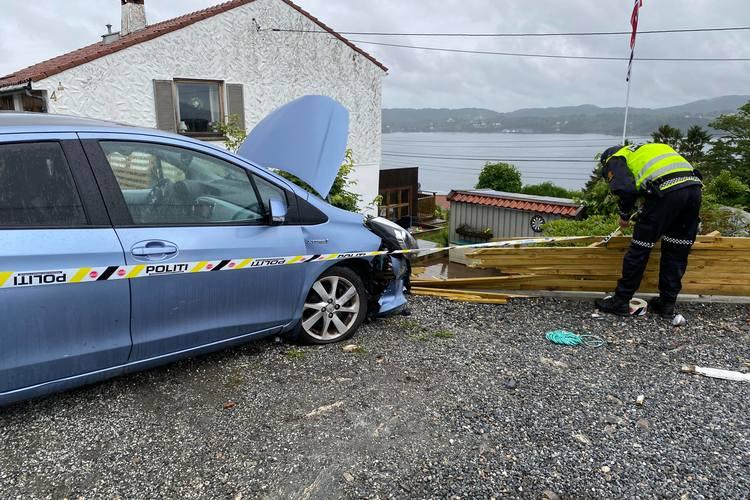 ETTERFORSKES: Bilen som krasjet i et hus, men det var ikke på bilens eiendom. (Foto: Bergen Foto og Media)