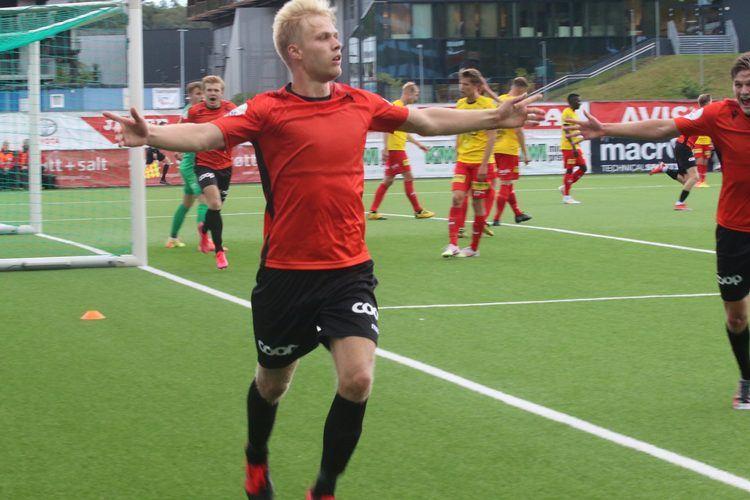 SENDTE GIGANTENE TOMHENDT HJEM:Håkon Lorentzen stanget ballen via LSK-forsvarer Alexander Melgalvis i mål. (Foto: Magnus Fjeldstad)