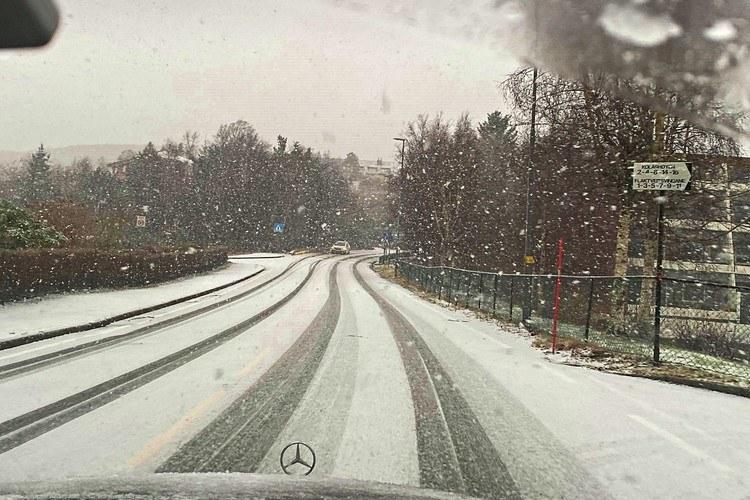 VEI:Nå snør det godt i store deler av bydelen vår(Foto: ÅT-tipser)
