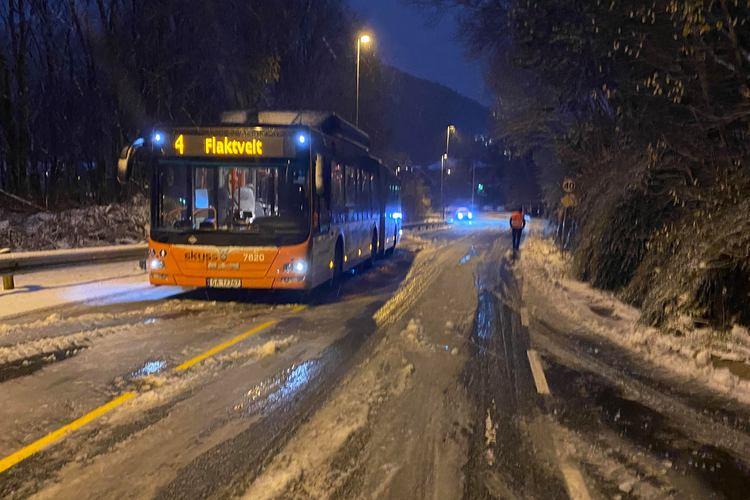 STOPPET: Her endte ferden for 4-bussen opp mot Flaktveit i Åsane det var rett og slett for glatt til at den kom seg ikke opp sjåføren prøvde til og med og legge på kjetting.  (Foto: Bergen Foto og Media)