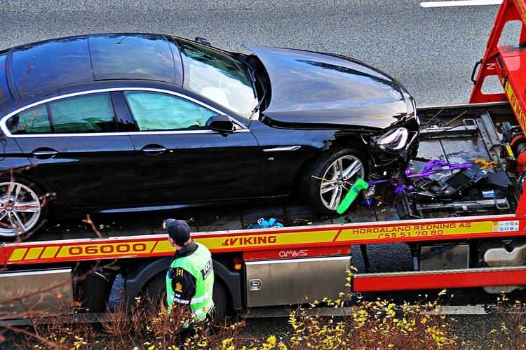 SKADET: God del med skader på bilen som kjørte utfor. (Foto: Sandor Dahl)