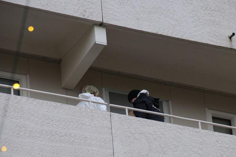 UNDERSØKELSER: Politi og krimteknisk har gjort undersøkelser her. (Foto: Sandor Dahl)