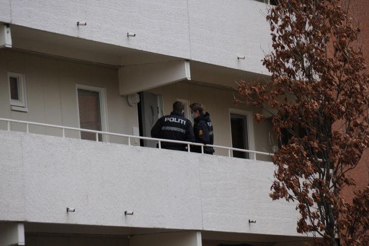 FRA DØR TIL DØR: Politiet banket på dører i blokkleiligheten på Nordre Toppe. (Foto: Sandor Dahl)