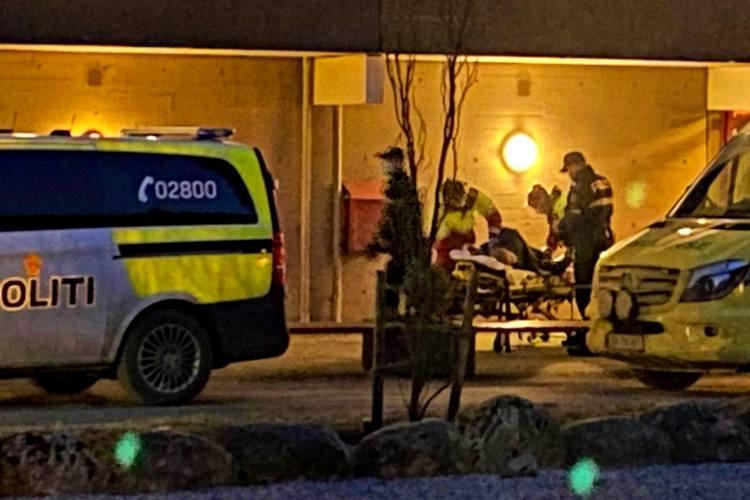 PÅGREPET: Her blir mannen brakt ut av politiet. Foto: Sandor Dahl