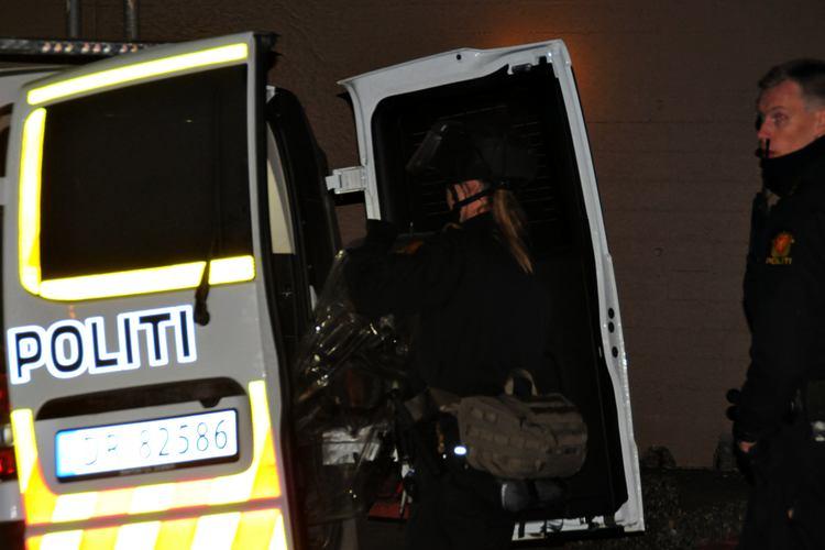 RYKKET UT: Politiet måtte bevæpne seg med skjold under aksjonen. Foto: Sandor Dahl