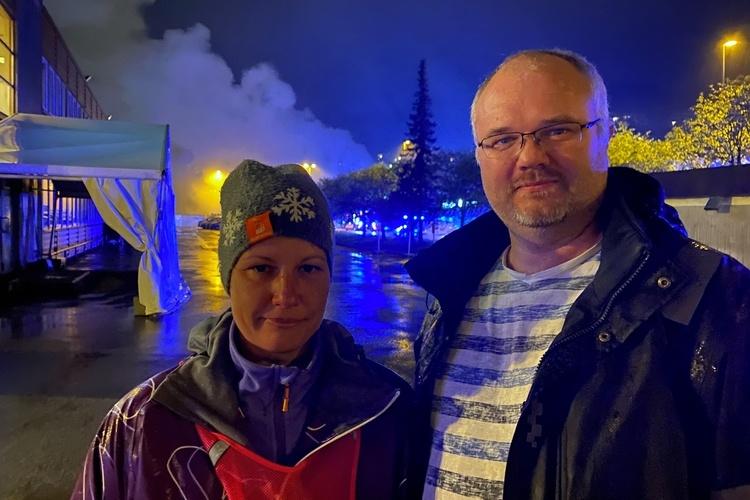 NABOER: Mari Anne Klemmetsen og Ole Brakstad meldte fra om brannen. (Foto: Sandor Dahl)