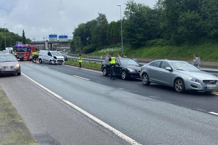 Tre biler er involverte i ulykken på E39.
