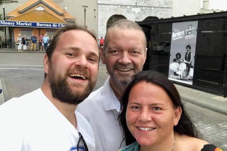 PÅ TUR: Her er Morten Paulsen på event med Eirik Søfteland senhøsten i 2018. Morten hadde med seg konen Camilla Karstensen. På dette tidspunktet var Paulsen under kreftbehandling. (Foto: Privat)